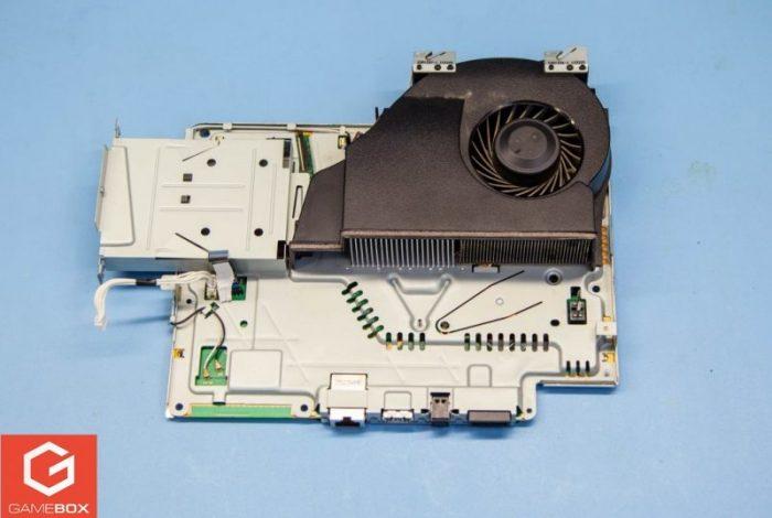 Płyta główna z elementem chłodzenia w PS3 Super Slim