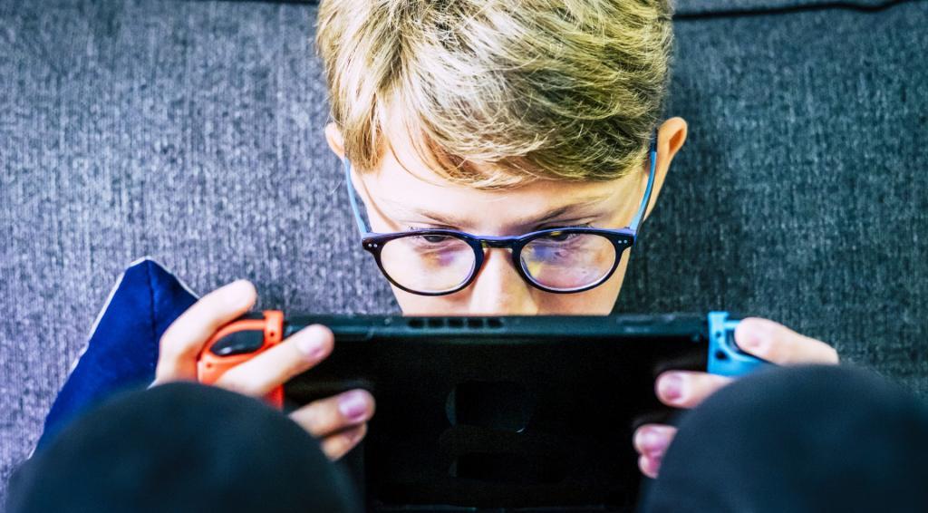 Dziecko gra w grę wideo